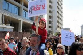تظاهرة الأحزاب وشعاراتها الطاردة للمدنيين